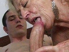 Cachonda abuelita muy pervertida se llena su sucia boca de una polla gorda
