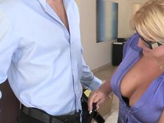 CFNM Secret - tamaño perfecto. Erik tiene un cupón para un juego de montaje y una cita. Se reunió con Julie Cash para su montaje. Ella estaba buscando super caliente en esos pantalones ajustados de yoga. Ella tenía las piernas gruesas y caderas y un culo