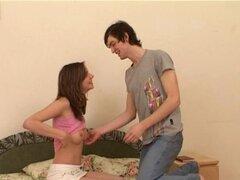Dos chicas se joden. Examine cómo dos hombres guapos se divierten con chicas adolescentes sexy