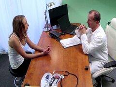 Chica tiene polla intstead de examen. Nena Delgado llegó al doctor para exámenes pero el doctor fue cachonda así que él lamió su coño y le follan y ella le dio la mamada en mesa de examen en el hospital