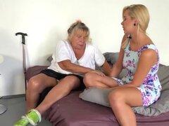 La abuela tiene diversión con un modelo Rubio. La abuela tiene diversión con una Teen rubia divertirse lesbianas