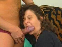 Sexo maduro amateur con una guarra envejecida con saggy tetas, morena madura babe divertirse con su marido mientras juega con sus grandes tetas, pezones y coño de hermosa.