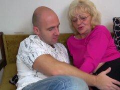 OldNanny vieja abuelita es muy muy caliente y mojada, joven y la muchacha es muy húmedo y cachonda