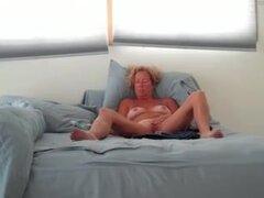 esposa masturbandose cam, cachonda esposa masturbandose video cam. Se trata de una esposa caliente masturbandose por la cam y para todos sus fans. Ver más masturbándose