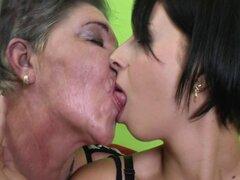 Abuela con coño peludo folla a chica joven