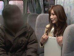 Salvaje, atrevida chica chupa polla de un chico en un autobús público - Rina Kato