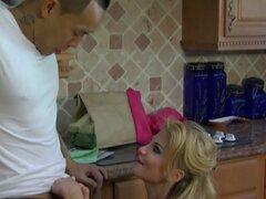 Mami sexy Taylor Wane seduce a chico guapo asiático en la cocina