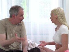 Chick rubia seduce a abuelo soplando su coño apretado