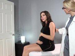 Sadie Holmes embarazada - médico ayuda a su paciente para llegar al orgasmo
