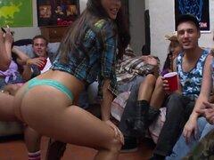 Aquí está otro video presentación de algunos aficionados al azar desde su dormitorio universitario. Este es un heck de un festival de mierda. Sorpresa el heck fuera de mí. Nada, pero un enorme Gang-Bang. Estas niñas son fanáticos del sexo. Lamiendo coño y