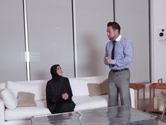 ella Knox es una chica en un hiyab que quiere sentir un pene en su agujero - Ella Knox