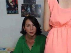 Adolescentes calientes lesbianas besándose y lamiéndose en Webcam. Adolescentes Hot amteur lesbianas besándose y lamiéndose en Webcam