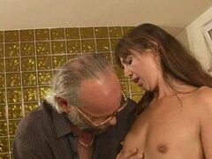 Kinky Mariana Teen morena teniendo sexo en la mesa de billar con anciano