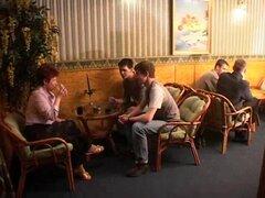 Durante una reunión para arriba en un bar ella folla a la mitad de los chicos en la sala de