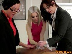 Oficina CFNM madura juega con la polla del jefe