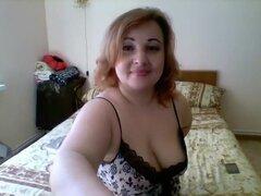 Gordita pelirroja madura lleva su ropa interior mientras que ella plantea