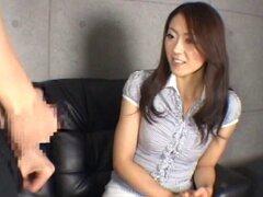 Mini falda vestidos de chica japonesa con un cuerpo caliente chupando polla de un desconocido