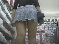Espiando bragas de esta chica joven en un mercado, usar a tal una falda corta corta largo patas chica de la tienda inmediatamente atrajo mi atención. Fui siguiéndola hasta el momento cuando ella se sentó en el hunkers y me mostró cordón panty falda.