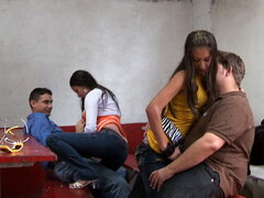 2 Pajaritas, una vez más. ¡Aquí en Colombia con todas las chicas de culo caliente! Shane y Pablo siguen en su aventura y voy a seguir. Es simplemente increíble cuánto culo consiguen. Shane siempre busca su amigo Paul. No estoy seguro de que Paul siempre e
