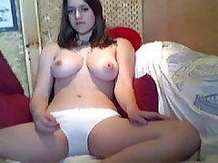 Caliente jovencita tetona muy puta y sexy realizando un striptease frente a la webcam