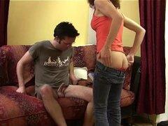 Mujer experimentada con pelo rizado rebota en dick grasa de un hombre