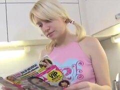 Marusya está parado en su cocina a la espera de su hombre a llegar a casa y espera con paciencia., Marusya es una joven y sexy rubia que está parado en su cocina, esperando a su amante joven y sexy llegar. Ella espera en su atuendo superior y atractivo co