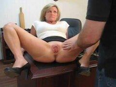 Pillada jugando con su castigo coño de su secretaria. Secretario atrapado jugando con su coño así que boff azota su coño