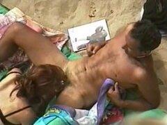 Playa par sexo, par filmado con cámara oculta durante el tiempo que el tener sexo en la playa.