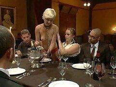 Rubia sexy muestra su culo caliente como ella obtiene golpeaba sobre una mesa de cena