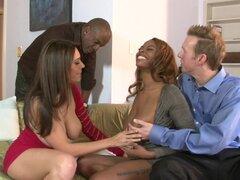 Raylene y Tori Taylor tienen una explosión durante un cuarteto interracial - Raylene, Tori Taylor