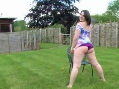 Chica gordita peluda posando