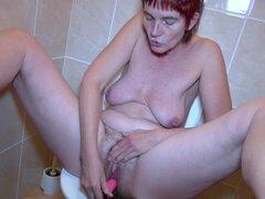 Henrietta OldNannY Pissing y sexo trío