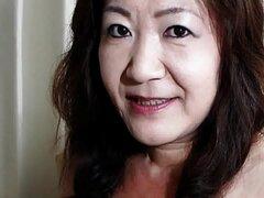 Abuela japonesa muestra tetas y coño