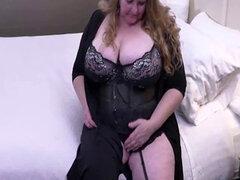 Totalmente depilado a señora gorda madura jugando su chocho