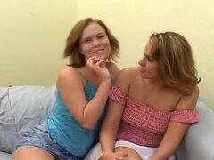 Dulce primera vez lesbianas en película, Sasha Knox va su primera experiencia lesbiana - y llegamos a ver todo en el cine. Ella va en la escena lesbiana algo mayor que la típica lesbiana, pero eso no significa que ella no es tan caliente como todas las mu