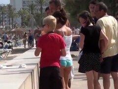Morena cachonda le gusta usar mini shorts en público, algunas chicas tratan el calor del verano al llevar tan poca ropa como sea posible y esta chica delgada es caminando por la calle llevando un short azul muy apretado.