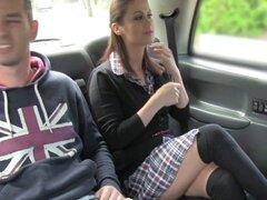 Pareja cachonda folla en taxi. Chica en tanga rojo y unas medias negras tiene caliente en el asiento trasero del taxi por lo chupó la polla de su novio y él follada su coño delante de controlador