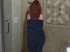 Señora pelirroja en la ducha
