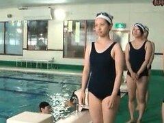 Chica asiática sexy obtiene cachonda piscina part6