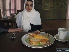 Árabe esposa que hambrienta mujer consigue comida y follada