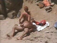 Sexo en la playa con pelirroja caliente, mientras estaba en la playa en el fin de semana que vi esta pareja teniendo sexo no muy lejos de mí, así que decidí obtener en la cinta la acción caliente. Después de que la chica hace una mamada comienza a perfora