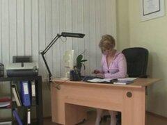 El flequillo a señora cachonda de la oficina. Él golpea a señora de la oficina caliente