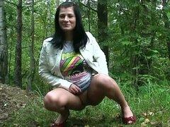 Falda adolescente toma un piss al aire libre