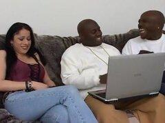 Su coño blanco 's perfecto para Dick negro. Estos chicos estaban nerviosos porque todavía no tienen una chica para su nueva película. Pero su amigo vino a través con una chica salvaje llamado Moxie. Una vez que empiezan a hablar de tetas en algunas chicas
