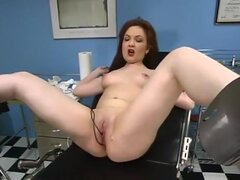 Muñeca y Kendra James en Wiredpussy Video, muñeca en visita a la clínica de kinky que juega con los electrodos de vaginales y anales antes de ser atrapado por la enfermera. Ella lleva una sonda enormes en el culo, luego el médico abre su ancho con el espé