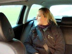 Taxista folla a cliente cachondo con tetas grandes anales