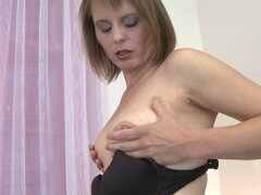 Madre amateur peluda jugando con ella en el sofá