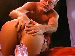 Brasileña bomba toma Anal Pounding, Sexy pelirroja brasileña Julia Jones es vestida con un top negro y bragas. Ella ejecuta sus manos sensualmente por todo el cuerpo y se une a un poste de madera dura. Ella toma su polla en su boca, dándole un trabajo len