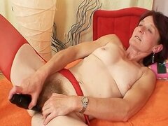 Abuela fea Matylda se extiende y juguetes coño peludo
