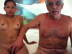 Madre asiática caliente quiero follar esposa y yo en cámara listo para encanta!, soy un abuelo y mi esposa es una madre asiática sexy que quiero follar. Buenorra está en garb de la naturaleza y listo para tener sexo en cámara conmigo. ¡Este vestido es rea